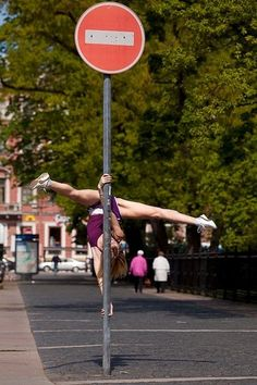Dedicada a mi amigo Jota Ce best street pole dance move Pole Fitness, Pole Dancing Fitness, Senior Fitness, Pole Dance Moves, Dance Poses, Yoga Pictures, Yoga Photos, Dance Flexibility Stretches, Dancers Among Us