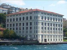 Nemlizade tütün deposu/Üsküdar/İstanbul/// 1923 yılında yapılan binanın mimarı ise Vedat Tek. Bodrum, zemin, dört normal ve biri çatı kat olmak üzere toplam yedi katlı olan bina, Boğaz'ın yalı niteliği taşıyan en yüksek tarihi binası olarak kabul ediliyor.