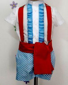 Traje de gitano flamenco para niño compuesto de pantalón en popelín turquesa forrado con lunar en blanco y camisa en batista blanca con chorrera celeste. Fajín rojo a juego. Tirantes no incluidos en el precio, puedes encontrarlo en nuestra sección de complementes, al igual que la gorra o boina a juego.