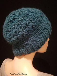 3ba844053d71 Bonnet femme en acrylique fait main au crochet. Bonnet fille bleu pétrole   accessoire de