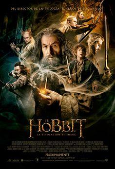 """""""EL HOBBIT: LA DESOLACIÓN DE SMAUG """" de Peter Jackson. Continua la aventura de Bilbo Bolsón en su viaje con el mago Gandalf y trece enanos liderados por Thorin Escudo de Roble en una búsqueda épica para reclamar el reino enano de Erebor. En su camino toparán con multitud de peligros y harán frente al temible dragón Smaug. BLU- RAY. AVENTURA"""
