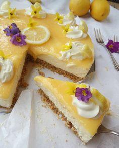 Hello spring ☀ Heute gibt es eine frühlingsfrische, fruchtige Zitronenmoussetorte mit cremiger Füllung und Chrunchboden   Wenn ihr Lust habt, schaut doch mal vorbei  ~~~~ Rezept gibt es auf www.thebakery2go.de ~~~~ #lemon#mousse#cake#crunchboden#baking#food#torte#backen#frühling#flowers#cream#instafood#bakery#breakfast#recipes#blog#blogging#rezeptebuchcom#zitrone#hautecuisine#ichliebefoodblogs#diy#feedfeed#törtchen