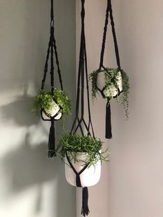Charming Hanging Plants ideas to Brighten Your Patio – Gardening Decor Wood Window Boxes, Window Planter Boxes, Wood Barn Door, Barn Door Designs, Fence Styles, House Plants Decor, Balloon Flowers, Hanging Photos, Home Living