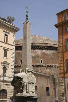 https://flic.kr/p/7myF4F | Rom, Piazza della Minerva, Elefant von Bernini und Pantheon (Bernini's Elephant and Pantheon) | Der kleine von Bernini entworfene Elefant trägt einen Obelisken aus einem Isis- und Separis-Heiligtum, das an der Piazza lag. Der Elefant bekam wegen seiner geringen Grösse den Spitznamen Il pulcino di Bernini (Berninis Küken).   Im Hintergrund ist das Pantheon zu sehen, dessen Bau  als Tempel aller Götter 27 v. Chr. von Agrippa, dem Schwiegersohn des Kaisers Augustus…