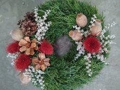 Christmas Pine Cones, Christmas Wreaths, Vence, Funeral Flowers, Floral Arrangements, Diy Crafts, Holiday Decor, Home Decor, Decoration Home