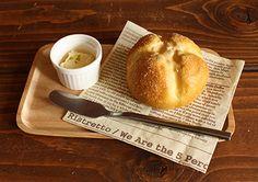 美味しそうなパンを見つけたら、こんな風にトレーを活用してみて。より一層美味しそうに見えませんか!? ウッドスクエアトレー、ココット、バターナイフ各108円イメージ