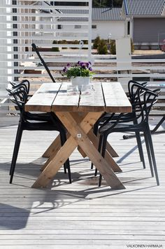 Valkoinen harmaja: terassi Outdoor Areas, Outdoor Tables, Outdoor Decor, Outdoor Dining Furniture, Outdoor Living, Garden Swimming Pool, Fire Pit Patio, Cottage Exterior, Rooftop Garden