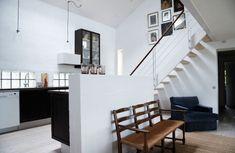 Ana, décoratrice d'intérieur et son mari Nils vivent dans cette maison dessinée par son père architecte en 1998. Elle y trouve l'environnement calme dont elle a besoin pour se reposer d…