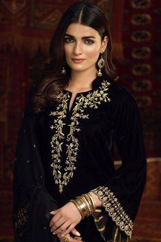 Kahani Simple Pakistani Dresses, Pakistani Bridal Dresses, Pakistani Dress Design, Pakistani Outfits, Stylish Dress Designs, Designs For Dresses, Stylish Dresses, Fashion Dresses, Kurti Embroidery Design