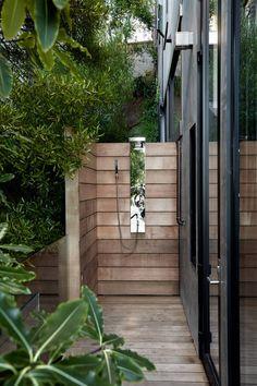 Tropische Oase Im Garten Außendusche Holzbretter
