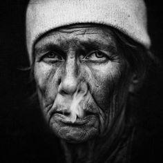 O fotógrafo Lee Jeffries é autor de uma série de fotos incríveis e que chamam atenção pela quantidade de detalhes. Seus modelos são moradores de rua.