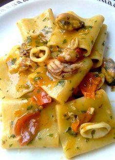 Un primo piatto a base di pesce molto gustoso,invitante e colorato,dai sapori incredibili. Un piatto con una combinazione di ingredienti che danno al piatt