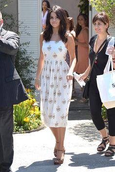 Is It Just Us or Did Selena Gomez Majorly Up Her Street-Style Game? - Casual Dresses - Ideas of Casual Dresses Selena Gomez Casual, Selena Gomez Outfits, Cute Dresses, Casual Dresses, Casual Outfits, Summer Dresses, Casual Heels, Casual Hair, Heels Outfits
