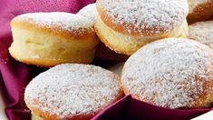Potrebujeme:  Na kvások:  1 lyžicu múky  40 g droždia  100 ml vlažného mlieka  1 lyžičku kryštálového cukru  Na cesto:   500 g hladkej múky a trochu na pomúčenie dosky  50 g práškového cukru  1 balíček vanilínového cukru  štipku soli  100 g rozpusteného masla  150 ml mlieka  2 žĺtky  300 g slivkového lekváru  50 g masla  1 lyžicu rumu na natieranie