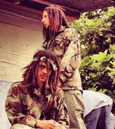 I don't know who the mysterious third man is, but the two young men in camouflage should be obvious: Julian and Damian. Father Daughter Quotes, Cousin Quotes, Rapper Quotes, Eminem Quotes, Bob Marley Mellow Mood, Marley Brothers, Julian Marley, Reggae Bob Marley, Bob Marley Pictures
