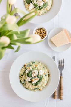 Spinatrisotto mit Ricotta & Pinienkernen – Dreierlei Liebelei Spinach risotto with ricotta and pine nuts – three kinds of love affairs Veggie Recipes, Vegetarian Recipes, Healthy Recipes, Healthy Lunches, Eating Healthy, Spinach Risotto, Luxury Food, Albondigas, Soul Food