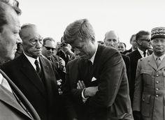 John F. Kennedy am 26. Juni 1963 auf dem Rollfeld des Flughafens Berlin Tegel. Foto: Jochen Blume