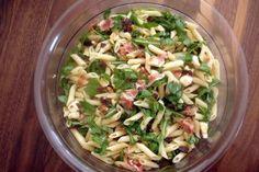 """Das perfekte """"edler"""" mediteraner Nudelsalat zum Grillen-Rezept mit einfacher Schritt-für-Schritt-Anleitung: Die Nudeln kochen und mit kaltem Wasser…"""