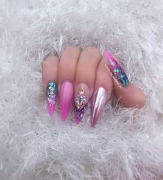 Opting for bright colours or intricate nail art isn't a must anymore. This year, nude nail designs are becoming a trend. Here are some nude nail designs. Fabulous Nails, Gorgeous Nails, Pretty Nails, Rhinestone Nails, Bling Nails, Pink Manicure, Hot Nails, Hair And Nails, Diy Unicorn
