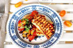 BBQ-marinerad tofu med tomat- och bönsalsa | Kung Markatta - kungen av ekologiskt BBQ-marinerad tofu med tomat- och bönsalsa  Att grilla tofu fungerar utmärkt! Här har tofun marinerats i barbequesås och fått god smak innan den grillades. Som tillbehör en enkel tomat- och bönsalsa med färsk oregano.