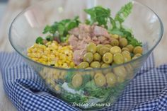 Ensalada de lechugas variadas con canónigos, atún, maíz, aceitunas y frutos secos