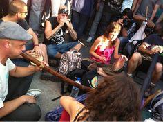 """Fecha: 20/5/11. Hora: 19.48. Tuit original: """"hay varios grupos tocando #nonosvamos #acampadasol""""."""