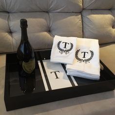 Kit toalhas personalizadas + bandeja personalizada + bebida  #lalov #toalhaspersonalizadas #monograma #blackandwhite #perrie #tray #acrylictray #personalizados #kitlavabo #bar #kitbar #presentemasculino #mengift