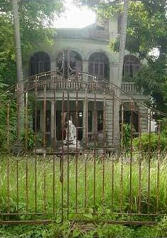 beautiful old place - Abandoned mansions Creepy Old Houses, Old Abandoned Houses, Abandoned Castles, Abandoned Buildings, Abandoned Places, Beautiful Ruins, Beautiful Buildings, Beautiful Places, Old Mansions