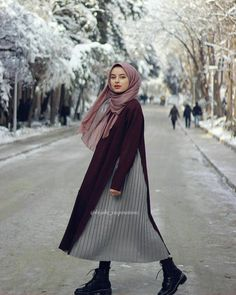 hijab chic Image may contain: 1 person, outdoor. Street Hijab Fashion, Muslim Fashion, Modest Fashion, Women's Fashion Dresses, Fashion Styles, Fashion Hacks, Denim Fashion, Fashion Tips, Fashion Ideas