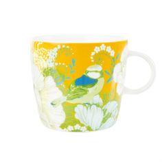 <p>Sinilintu-mukin kesäinen kuosi on Vallilan suunnittelija Tanja Orsjoen suunnittelema. Kuosissa esiintyy toinen toistaan kauniimpia kukkia sekä päähenkilö, sinitiainen, istumassa kukinnon reunalla. Kuosi on hyvin klassinen kukka