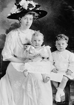 Crown Princess Margaret with her eldest sons Gustaf Adolf and Sigvard History Of Sweden, Gustav Adolf, Kingdom Of Sweden, Queen Victoria Family, Family World, Swedish Royalty, Young Prince, Princess Margaret, History Photos