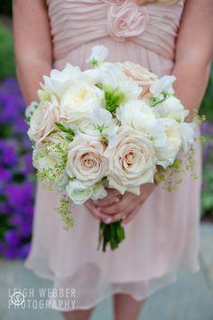 Zachtroze jurk en zachtroze rozen in het boeket. Pinterested @ wedspiration.com.