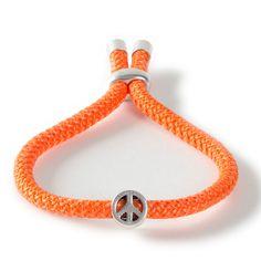 Peace-Armband mit Metallperle und Segelseil.