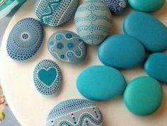 theme-bord-de-mer-dessins-sur-galet-motifs-couleur-bleue-decoration-par-touches-de-pinceau