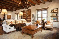 meuble mexicain dans le salon aménagé avec un canapé blanc, coussins à motifs…