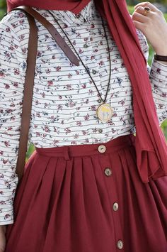 Merlot button up skirt with white patterned top and gold robe jewelry Hijab Style Dress, Casual Hijab Outfit, Hijab Chic, Islamic Fashion, Muslim Fashion, Modest Fashion, Fashion Dresses, Modest Dresses, Modest Outfits