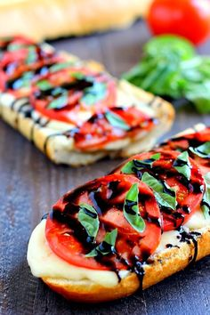 I've been loving caprese everything! - Toasted Caprese Garlic Bread made with hints of garlic and topped with ripe tomatoes, fresh basil, and creamy mozzarella cheese Best Appetizers, Appetizer Recipes, Caprese Appetizer, Caprese Salad, Recipes Dinner, Easy Tomato Recipes, Tomato Ideas, Garlic Bread, Garlic Clove