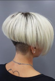 46 Cute Short Inverted Bob Hairstyle Ideas Best For All Face Shape - Fashionmoe Short Wedge Hairstyles, Inverted Bob Hairstyles, Girls Short Haircuts, Short Hair Styles, Mushroom Hair, Coiffure Hair, Shaved Nape, Bleach Blonde Hair, Extreme Hair