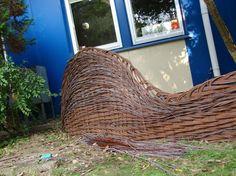 Płot z wikliny to znakomity pomysł do ogrodu Fields, Sculptures, Weaving, Garden, Outdoor Decor, Garten, Lawn And Garden, Gardens, Loom Weaving