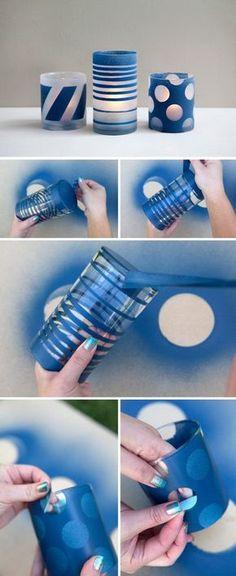 Aerosol de bricolaje pintado y helados frascos de vidrio.