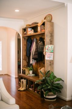 Home Tour - Two Ellie Don't have a mudroom? Make your own with beautiful old wood from Two Ellie Don't have a mudroom? Make your own with beautiful old wood from Two Ellie Cafe Interior, Interior Design, Ideas Hogar, Old Wood, Barn Wood, Pallet Wood, Mudroom, Old Houses, Home Projects