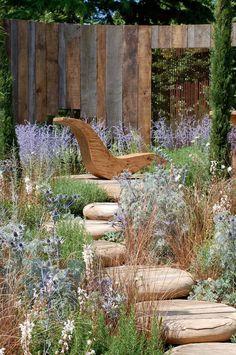 Hampton Court Flower Show - A Room With A View by Mike Harvey of Arun Landscapes – líbí se mi, že tady nejsou šlapáky zapuštěné, ale naopak vyvýšené. A vzadu jsem poznala perovskie... krásně dají vyniknout tomu lehátku.
