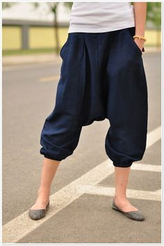 Linen harem pants~ love this relax style and still looks chic ★ Mode Chic, Mode Style, Style Me, Estilo India, Ethno Style, Look Fashion, Womens Fashion, Pantalon Large, Looks Chic