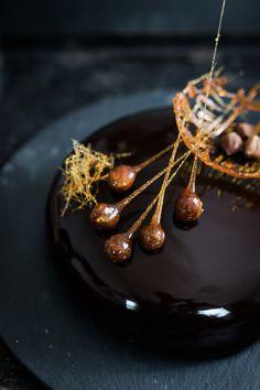 Seelenschmeichelei - Rum Praliné Torte mit Sauerkirschen, Mirror Glaze Rezept, Backen mit Rum, Schokoladenkuchen backen, Rezept für Schokokuchen