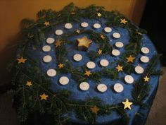 Winter ~ Advent ~ Light a candle each evening, starting Dec. to mark the path to Christmas day. spiral 24 tea light candles towards one golden star candle in the center. Decorate the spiral with pine branches and little wooden gold stars Boxing Day, Tea Light Candles, Tea Lights, Led Candles, Noel Christmas, Christmas Crafts, Star Candle, Seasonal Decor, Holiday Decor