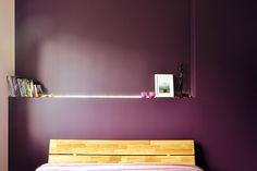 Oberżynowa sypialnia projektu Maszroom. Drewniany zagłówek łóżka świetnie współgra z kolorem ścian.   Maszroom.com