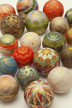 Kirikane decorated balls by National Living Treasure of Japan as a Kirikane artist, Sayoko ERI まり香盒 人間国宝・江里佐代子 (A kirikane is a decorative technique used for Buddhist statues and paintings, using gold leaf, silver leaf, platinum leaf cut. Japanese Design, Japanese Art, Living Treasures, Temari Patterns, Japanese Culture, Oeuvre D'art, Asian Art, Origami, Glass Art