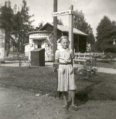 Kyltissä Pohjantie-Keiteleentie. Takana viljamakasiini, joka purettiin Kesäkirkon rakennustarvikkeiksi. Pienosgolf-rata, joka oli mieleinen paikka. Yks rimppakinttu seisoo edessä, kuten ennen vanhaan kuvissa oli tapana - eli ihminen/ihmiset seisoi asennossa hiljaa kuvauksen ajan smilehymiö Pirjo Luukkainen Cities In Finland, Takana, Lakes, History, City, Historia, Cities, Ponds