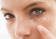 Cette femme a appliqué du bicarbonate de soude sous les yeux