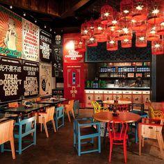 Los colores en esta imagen resaltan, rojo, azul, naranja, verde. Un restaurante muy típico y un ambiente muy confortable.